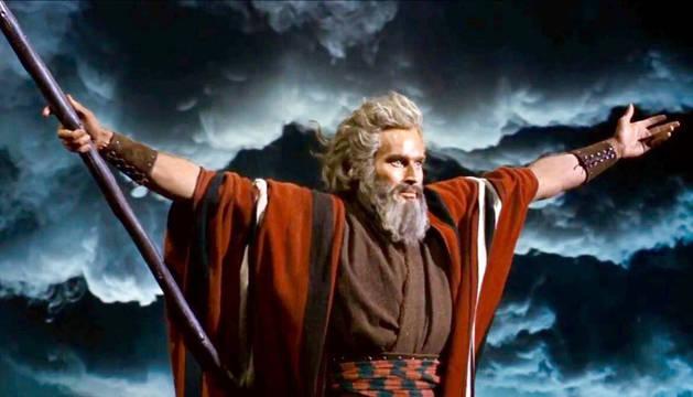 foto de Charlton Heston separa las agua del mar Rojo, en 'Los diez mandamientos'.