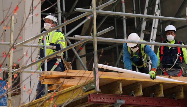Trabajadores con mascarilla: la imagen vista ya ayer en las obras de remodelación del estadio del Sadar será habitual desde hoy con la vuelta al trabajo en más obras y parte de la industria.