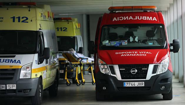 Una paciente, entre dos ambulancias, en el exterior del CHN.