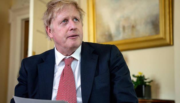 Boris Johnson, leyendo un mensaje de agradecimiento a los sanitarios que le atendieron.