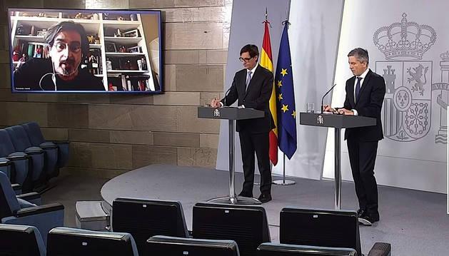 Los ministros Salvador Illa y Fernando Grande-Marlaska durante la rueda de prensa y el turno de preguntas de este lunes, 13 de abril.