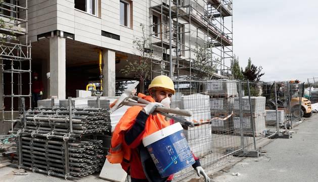 Un trabajador, en un obra este lunes con una mascarilla.