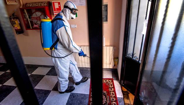 Unidades de la empresa pública de Gestión Ambiental de Castilla-La Mancha (Geacam) desinfectan una residencia de ancianos en Santiago de los Montes, en Toledo.