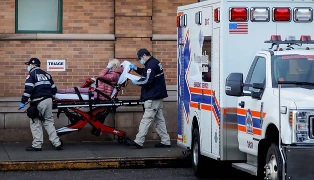 Personal sanitario traslada a una paciente con coronavirus en Nueva York.