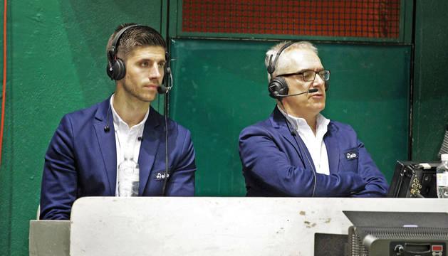 Mikel Idoate, a la izquierda, junto con Xabier Euskitze, comentarista de pelota  en ETB, en un partido en el frontón Labrit.