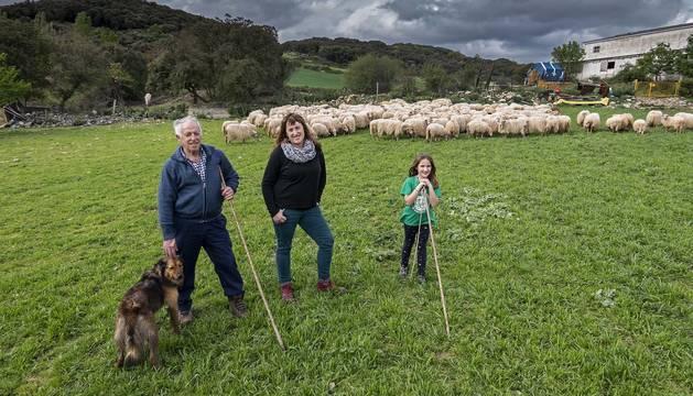 Juan Luis Aramendía, su hija Laura y su nieta Duna Galilea Aramendía, tres generaciones de la misma familia con parte de su rebaño en las inmediaciones de Azcona.