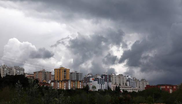 Nubarrones de tormenta sobre Barañáin este sábado, 18 de abril.