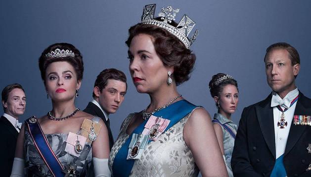 Claire Foy, en el centro, da vida a Isabel II en The Crown.
