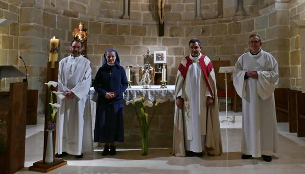 En el monasterio de Zamartze, Javier Aldave, Guadalupe Escudero, Mikel Garciandía y José Antonio Apetzetxea, con la efigie de San Miguel de Aralar, en el altar.
