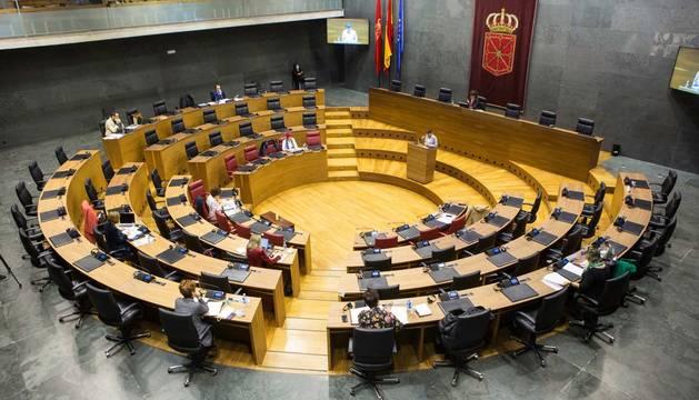Foto de una comisión de Régimen Foral en el Parlamento de Navarra durante el coronavirus.