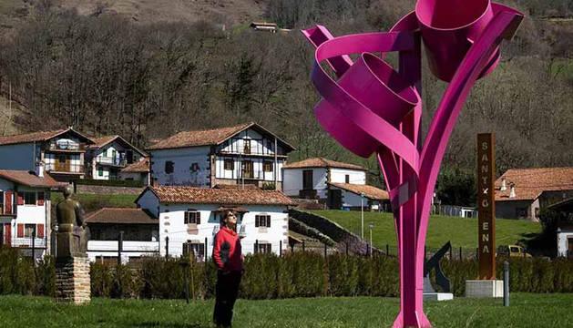 La mayor parte de la obra expositiva del Museo Santxotena es al aire libre.