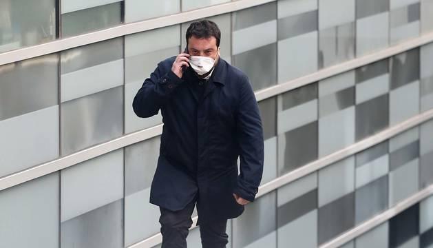 Foto de Álex Pastor, alcalde de Badalona, saliendo de la comisaría tras ser detenido.