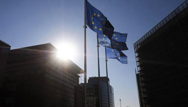 Banderas de la UE ondean ante las oficinas de la Comisión Europea.