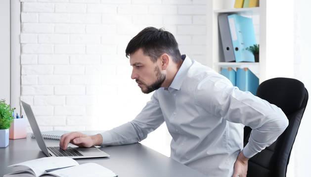 Las malas posturas trabajando en casa pueden tener consecuencias para nuestra espalda.
