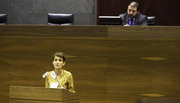 La presidenta María Chiviote se dirige al pleno durante el control del Régimen Foral con el presidente de la cámara, Unai Hualde, en la imagen.