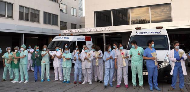 Enfermeros del CHN aplauden ante las puertas del complejo durante la pandemia del coronavirus.