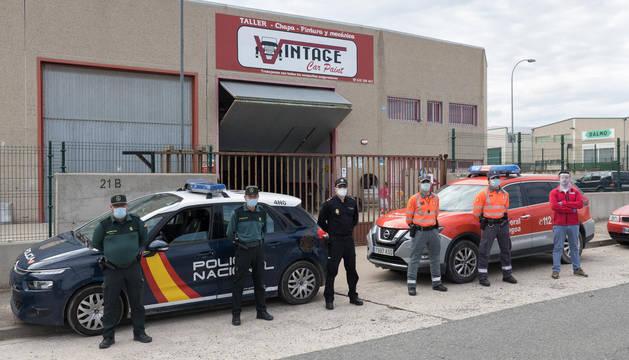 Agentes de Guardia Civil, Policía Nacional y Policía Foral, junto a Nurio Timoteo -a la derecha-, ante el taller.