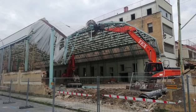 Foto de las excavadoras retirando la estructura metálica de la pista cubierta del colegio Salesianos de Pamplona.