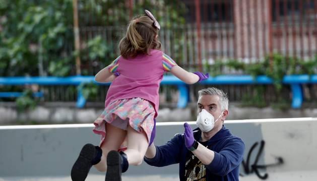 Un padre juega con su hija en Madrid el pasado domingo, primer día en que los niños podían salir.