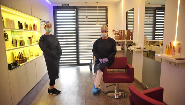 Foto de Nerea Martínez Osés, izda., e Isabel Rubal Zarraluqui en la peluquería de la primera de ellas