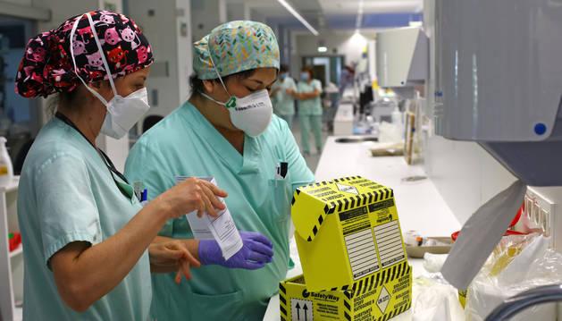 foto de Dos profesionales del CHN ultiman el proceso para enviar un test para su análisis.