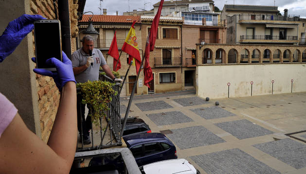 Foto de un momento en el que el alcalde, Carlos Suescun, lanza el chupinazo en honor al Santo Cristo.