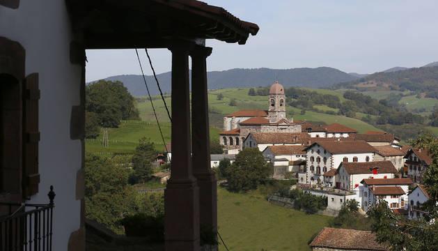 Panorámica del centro urbano de ZIga, con su parroquia restaurada en años pasados.