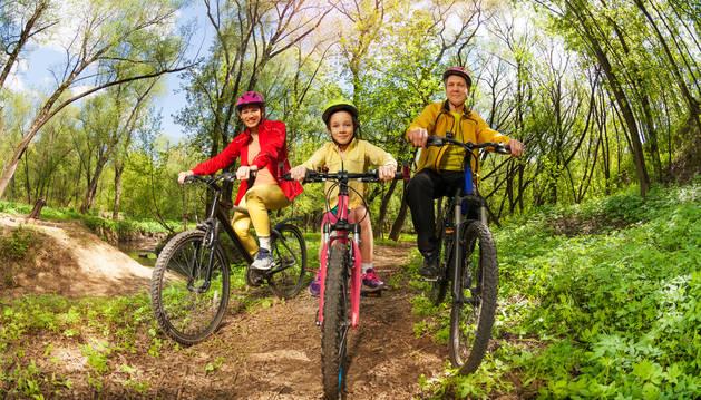 Los paseos en familia en plena naturaleza, una de las opciones del turismo activo en Navarra.