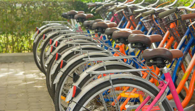 Varias bicicletas aparcadas.