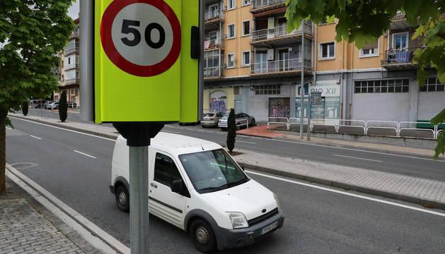 El radar que controla el tráfico en uno de los accesos al barrio de Erripagaña es uno de los últimos incorporados a la ciudad.