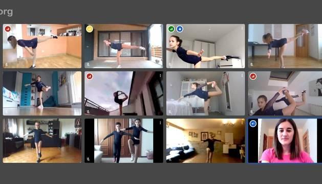 Imagen de una de las sesiones online en la que las patinadoras acuden a clase, virtualmente y en directo, con amigas y entrenadoras.