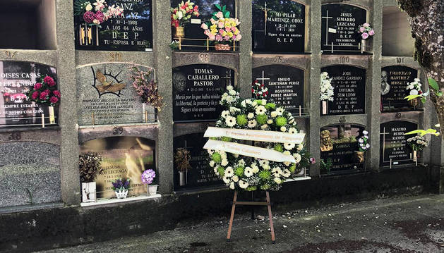 Corona de flores ante la tumba de Tomás Caballero depositada con motivo del homenaje de este 6 de mayo de 2020.