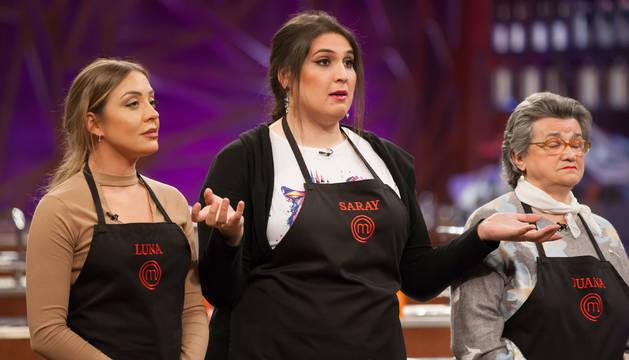 Saray, junto a dos compañeras durante la emisión de 'MasterChef 8'