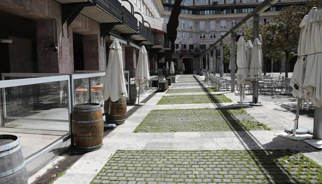 Terraza recogida por el coronavirus en la Plaza de Yamaguchi de Pamplona.