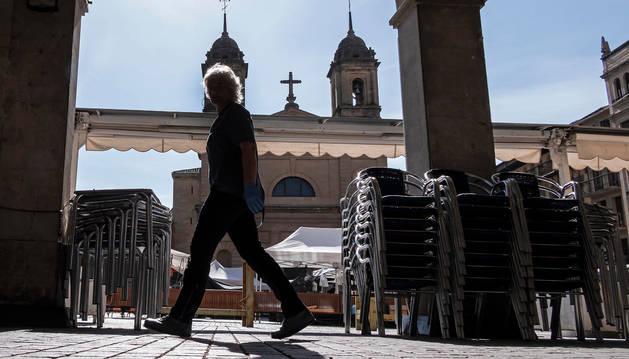 Terrazas recogidas en la plaza de los Fueros de Estella, ayer día de un nuevo mercado del jueves.