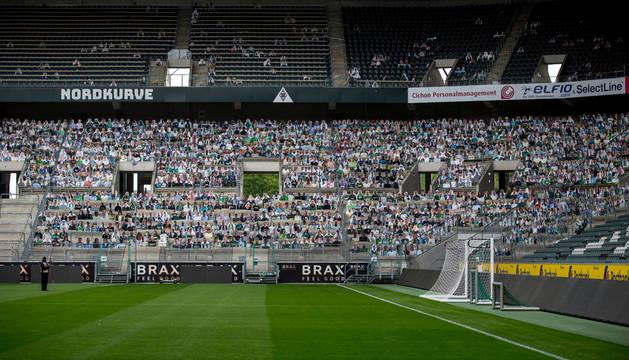 El Borussia Park, con figuras de aficionados a tamaño real.