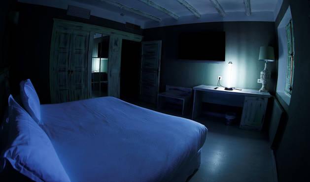 foto de Desinfección con una lampara ultravioleta de una de las habitaciones del hotel El Toro