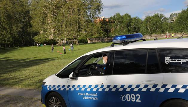 foto de Coche de la Policía Municipal en la Vuelta del Castillo de Pamplona