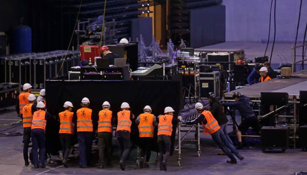 Un grupo de técnicos, trabajando en el montaje del escenario para el concierto que el cantante Mark Knopfler ofreció hace un año en el Navarra Arena.
