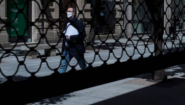 Vista de la persiana de un comercio semibajada en la calle de El Paseo de Ourense.