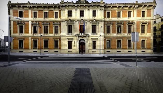 Imagen de archivo de la fachada del Parlamento de Navarra.