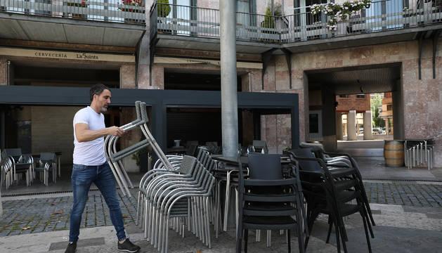 Daniel Errea, de la cervecería La Quinta, apila las sillas de su terraza en la plaza de Yamaguchi.