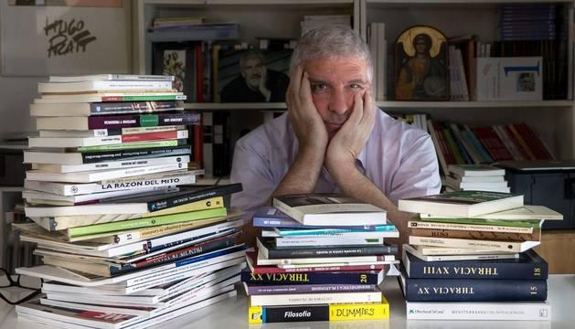 Gregorio Luri, posando en el despacho de su casa rodeado de libros.