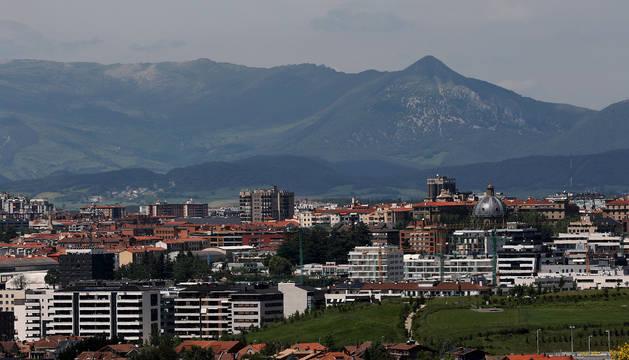 Pamplona parece ver más cerca  la Sierra de Andia y los picos Txurregi y Gaztelu, que este sábado pintaban de verde el horizonte a sus espaldas.