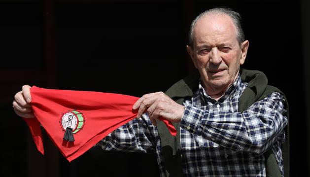 José Javier Echarte muestra el pañuelo con lazo negro con el escudo del 25º aniversario del Struendo. El año exacto de su inicio varía según la fuente.