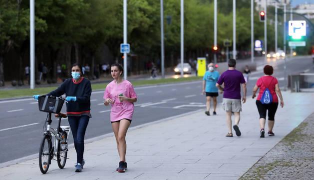 Varias personas hacen ejercicio en la Avenida del Ejército de Pamplona.