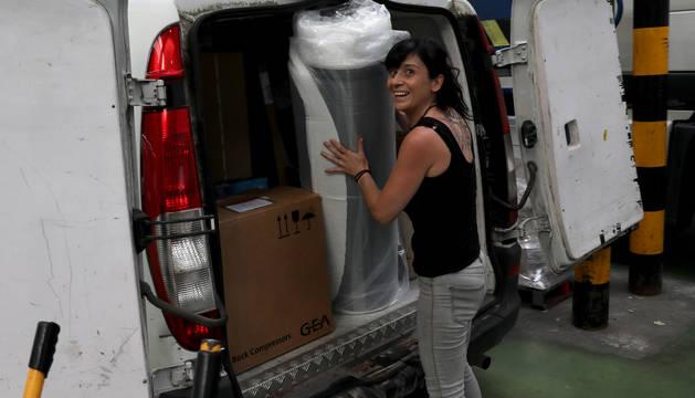 La repartidora Maite Marigó Olleta carga su furgoneta en las instalaciones de Seur.