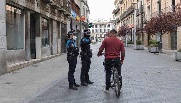 Dos agentes locales controlan a un ciclista en la calle Gaztambide-Carrera de Tudela.