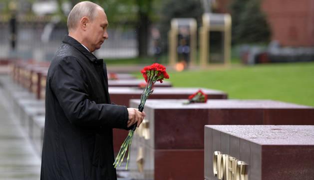 Putin deposita flores sobre la tumba del Soldado Desconocido.
