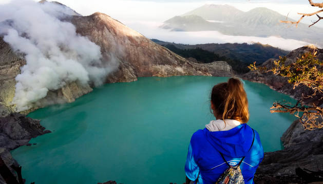 Idoia Gastón, de espaldas, ante uno de los paisajes que visitó en Asia.